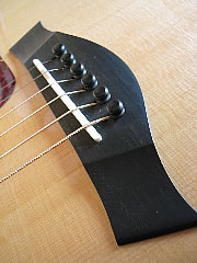 Steg einer Akustikgitarre