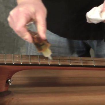 Das Griffbrett einer Gitarre pflegen